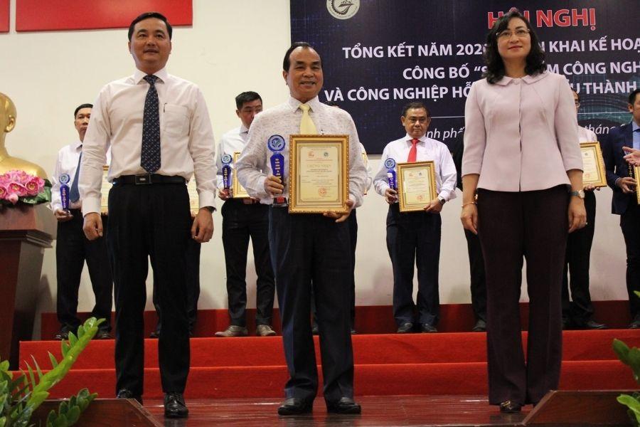 Đại diện Bidrico nhận chứng nhận của năm